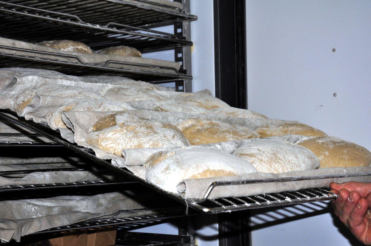 Gros plan sur le pain à l'huile d'olive.
