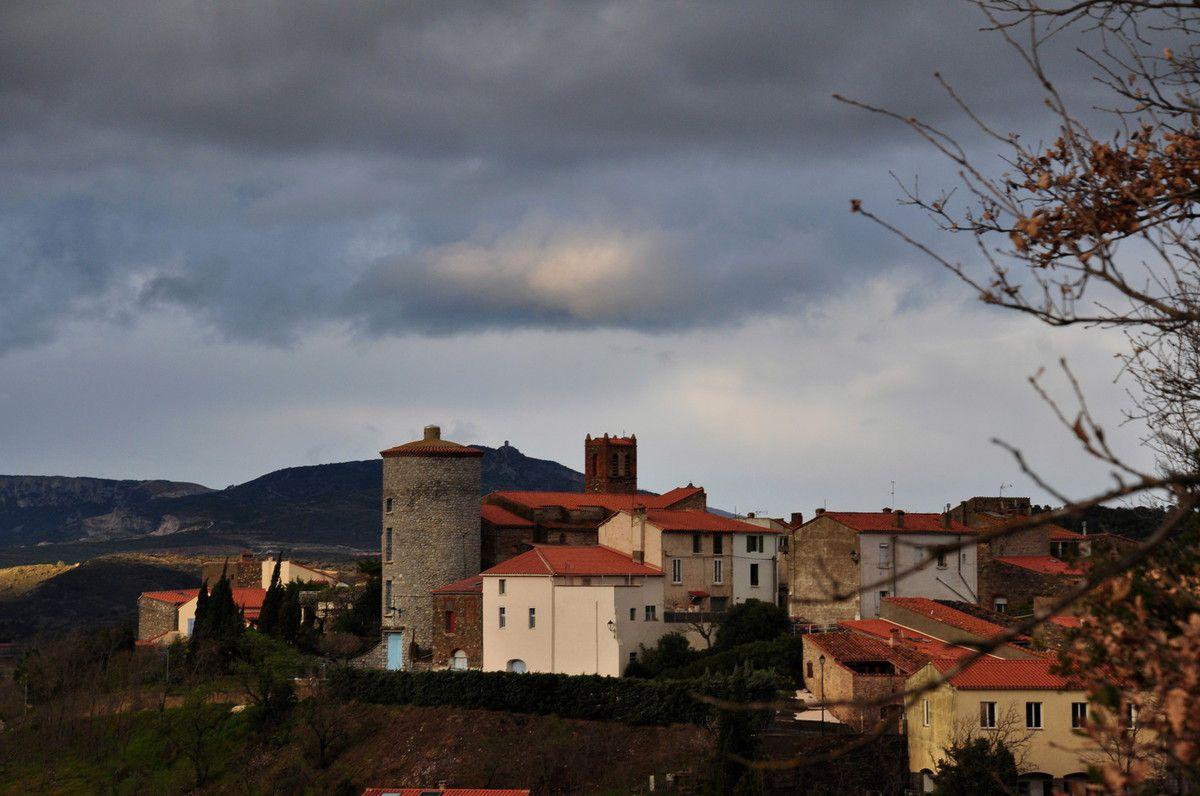 Le village de Montner et la tour de Tautavel derrière.