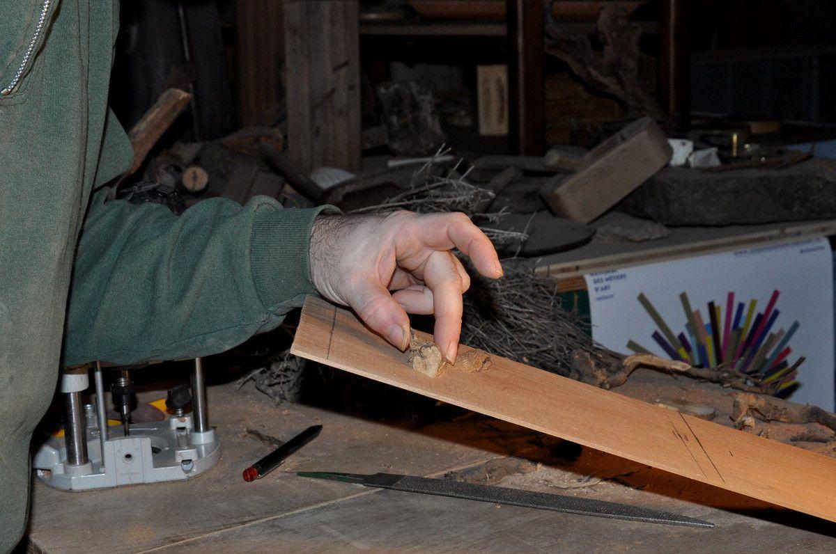 Sans aucune colle le bois tient à son support.