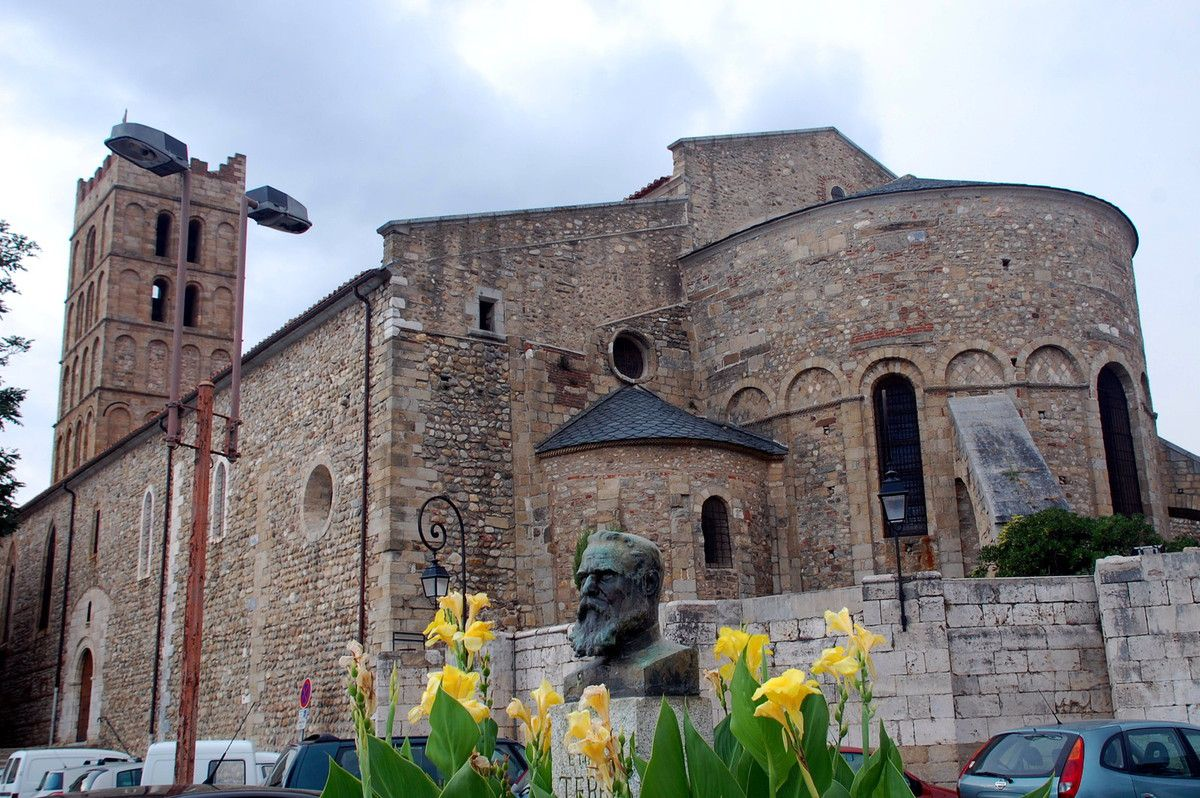 Voici l'église et la porte de l'église à gauche.