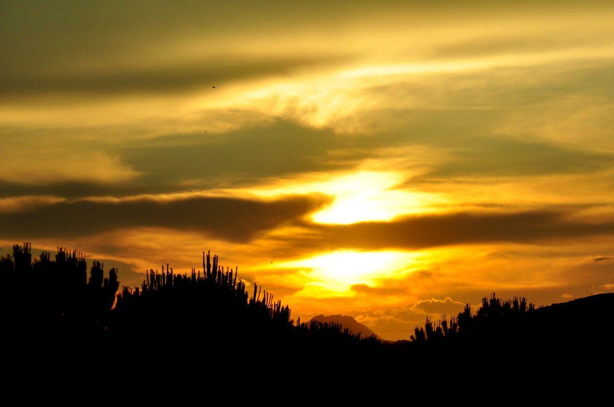 Le nuage coupe en deux le soleil.
