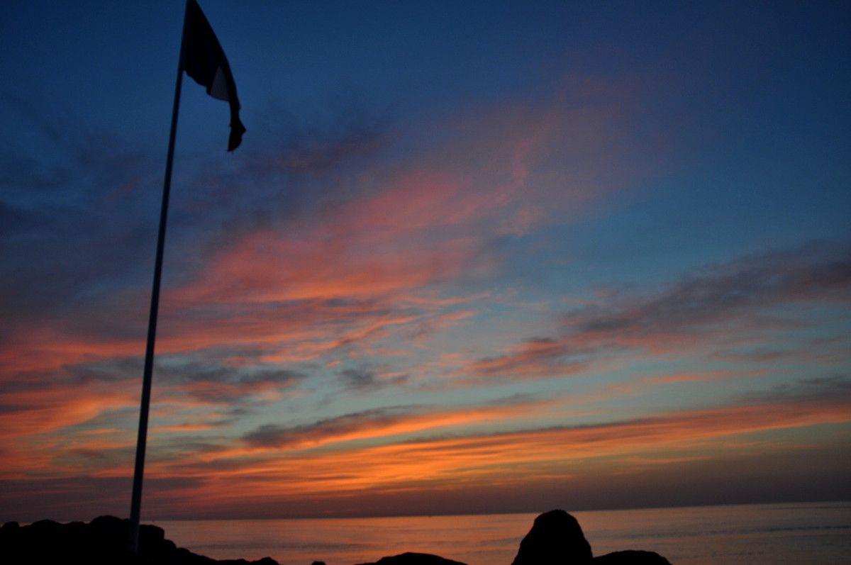 Avec le drapeau Français en direction de la mer.