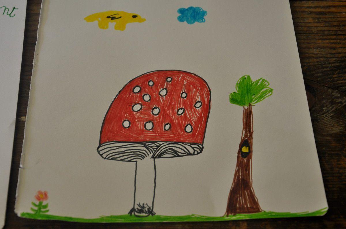 Trois dessins d'enfants et chacun a gagné un champignon en bois.