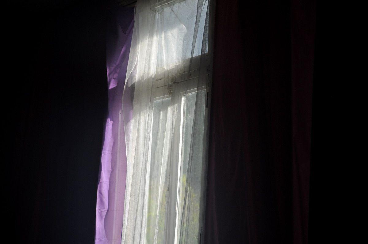 Rideau et soleil dans la salle de fête de Cubières.