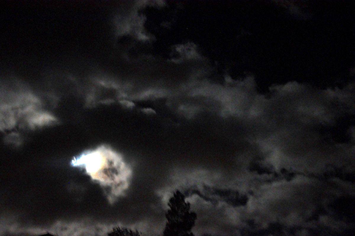 De loin comme de près le spectacle de la nuit.