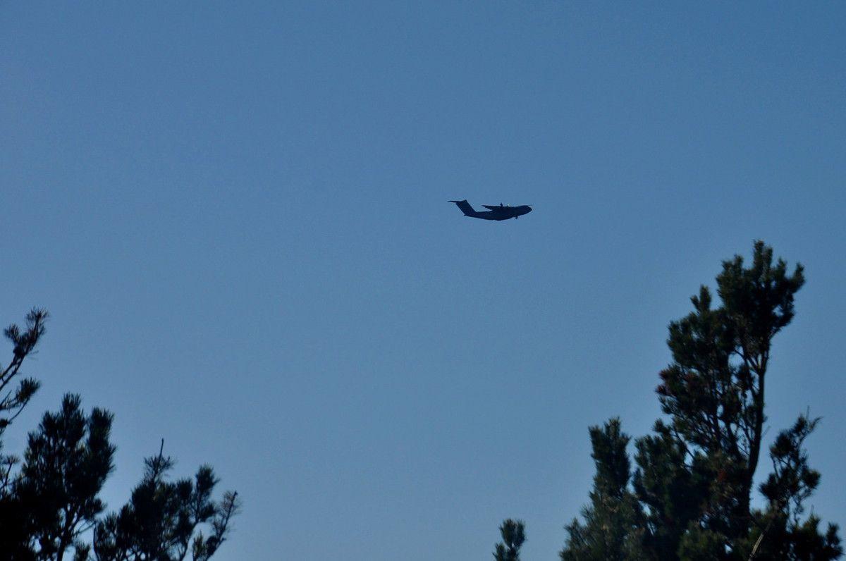L'avion va passer devant.