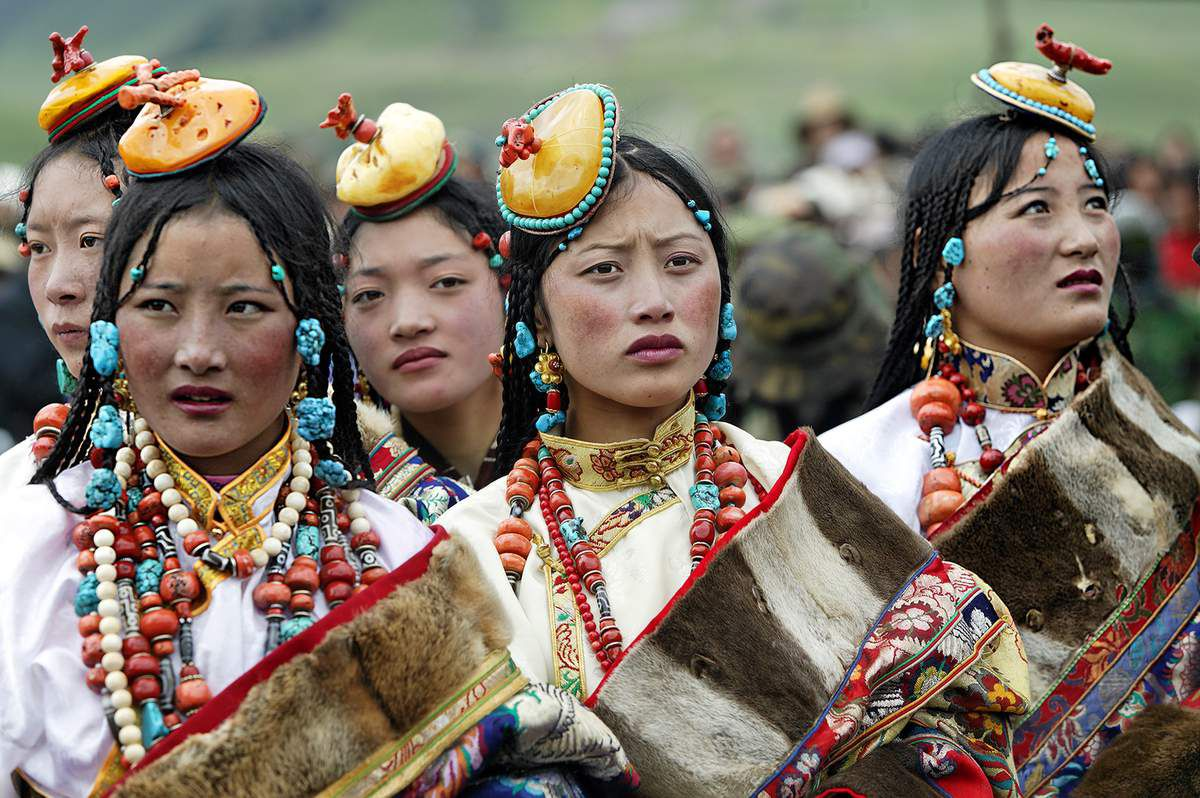 Femmes portant leurs parures (Tibet) © Matthieu Ricard