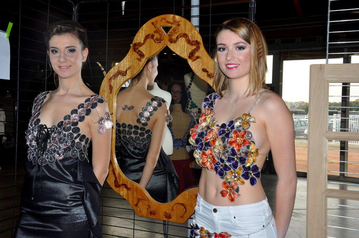 Les reines du défilé pour le Forum, ici devant le miroir.