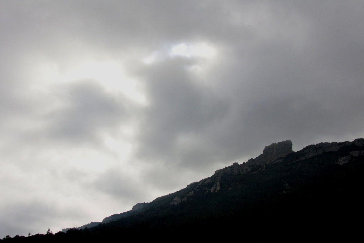 Soleil et trouée nuageuses à côté de Peyrepuse.