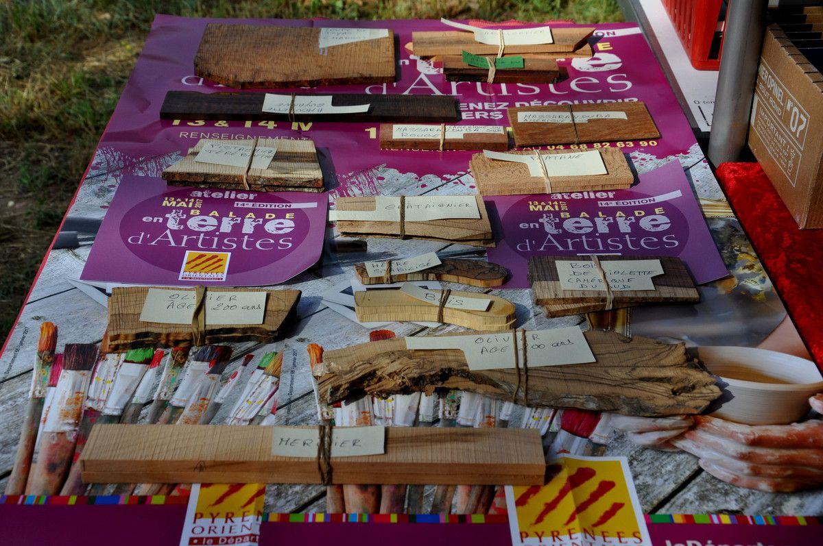 La table d'exposition des bois du coutellier.