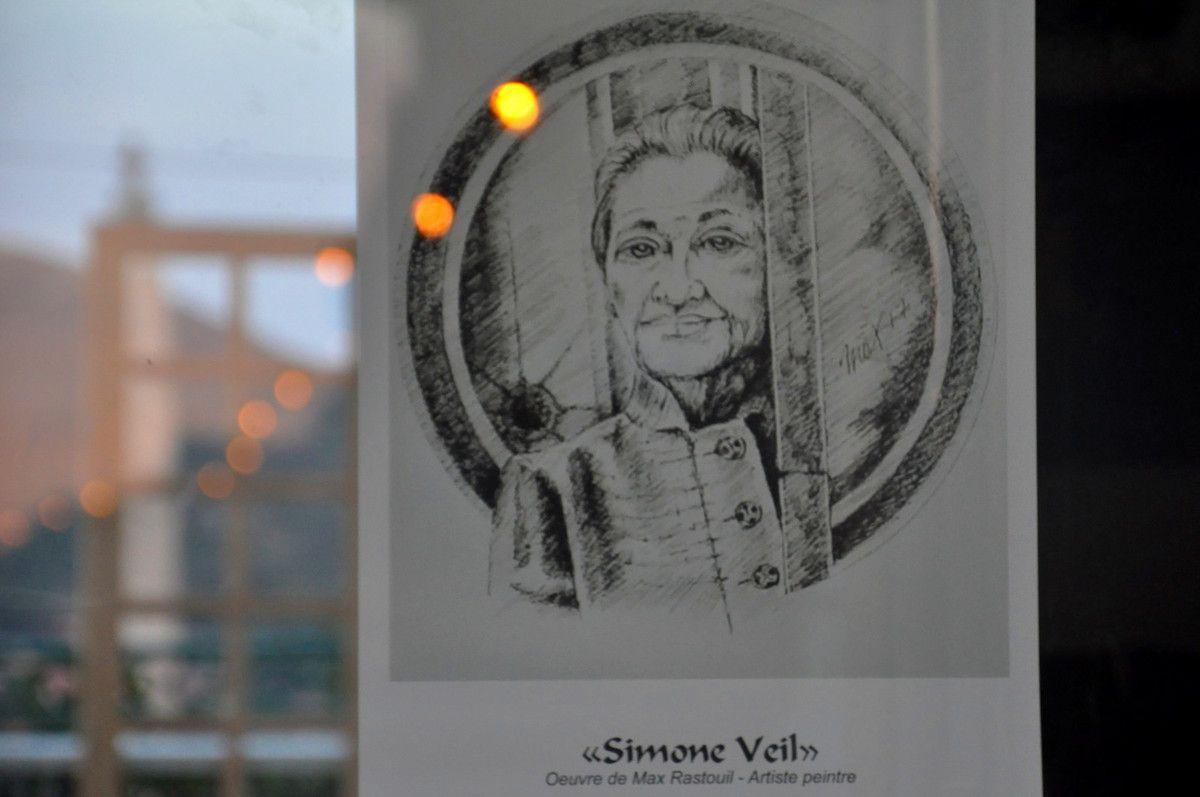 Hommage à Simone Veil avec le reflet de l'éclairage.