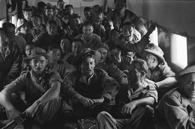 1952- Les soldats de Linares survolent en chantant la D.C.A du VietMinh dans un Bristol réquisitionné sur l'ordre du Maréchal de Lattre de Hanoé  Na Sam