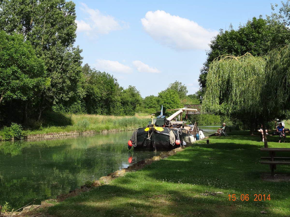 L'aire à bateaux le long du canal séduit de nombreux touristes
