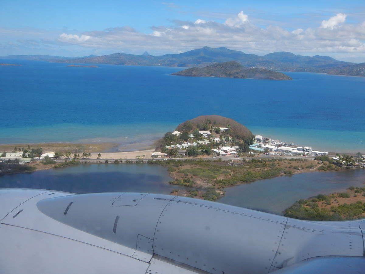 La maison est fermée, nous sommes prêts. Christian  se bat avec les valises. Survol de la côte ouest de Madagascar puis arrivée sur Mayotte..