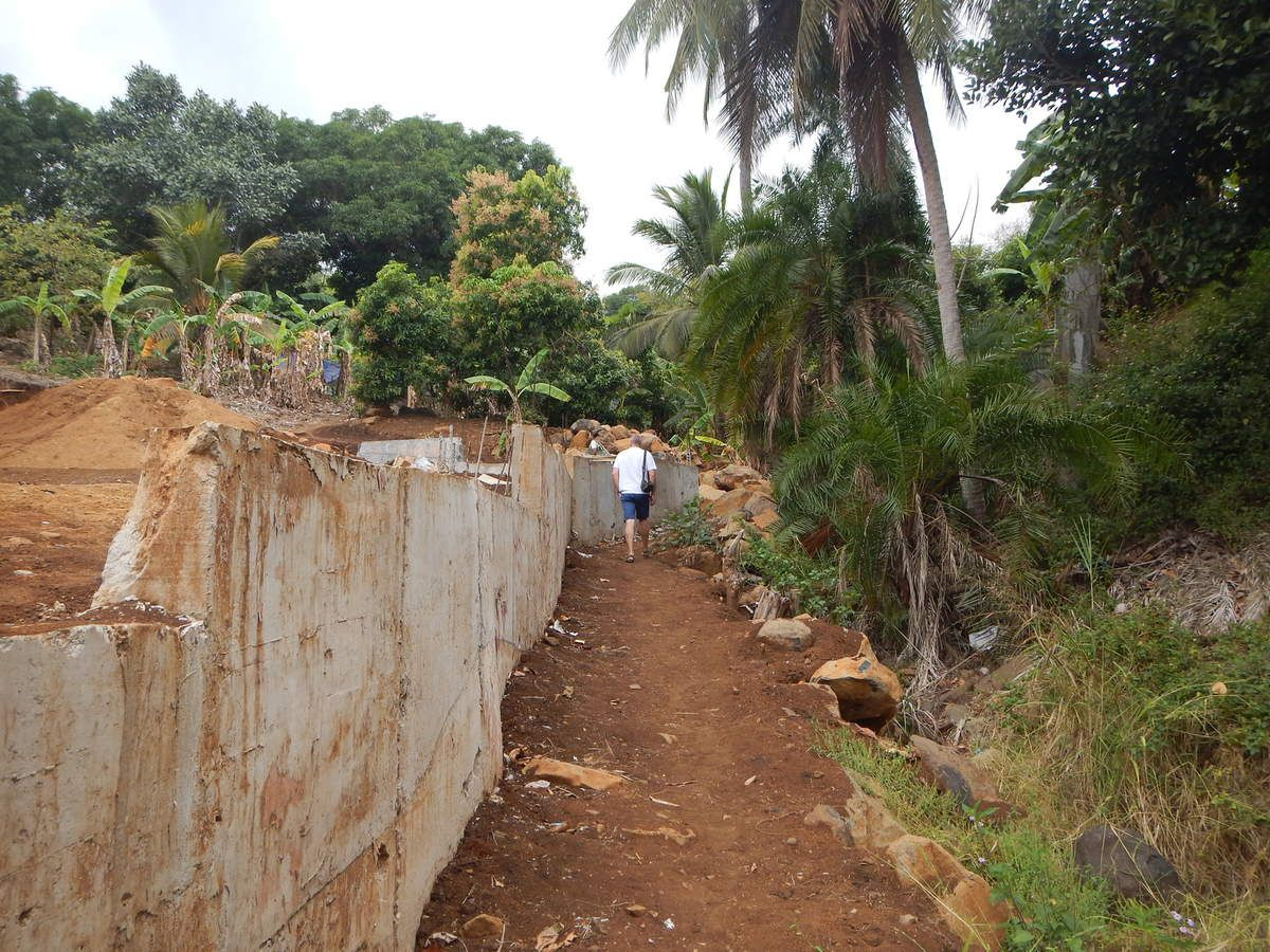 L'accès par un chemin de brousse.