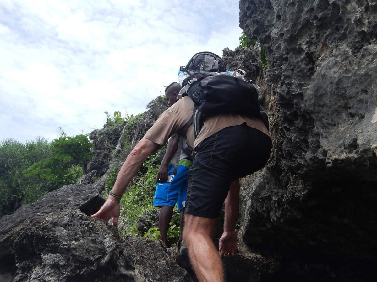 Sortie de la grotte avec un peu d'escalade car nous ressortons de l'autre côté. Côté falaise avec une vue magnifique sur l'océan Indien.