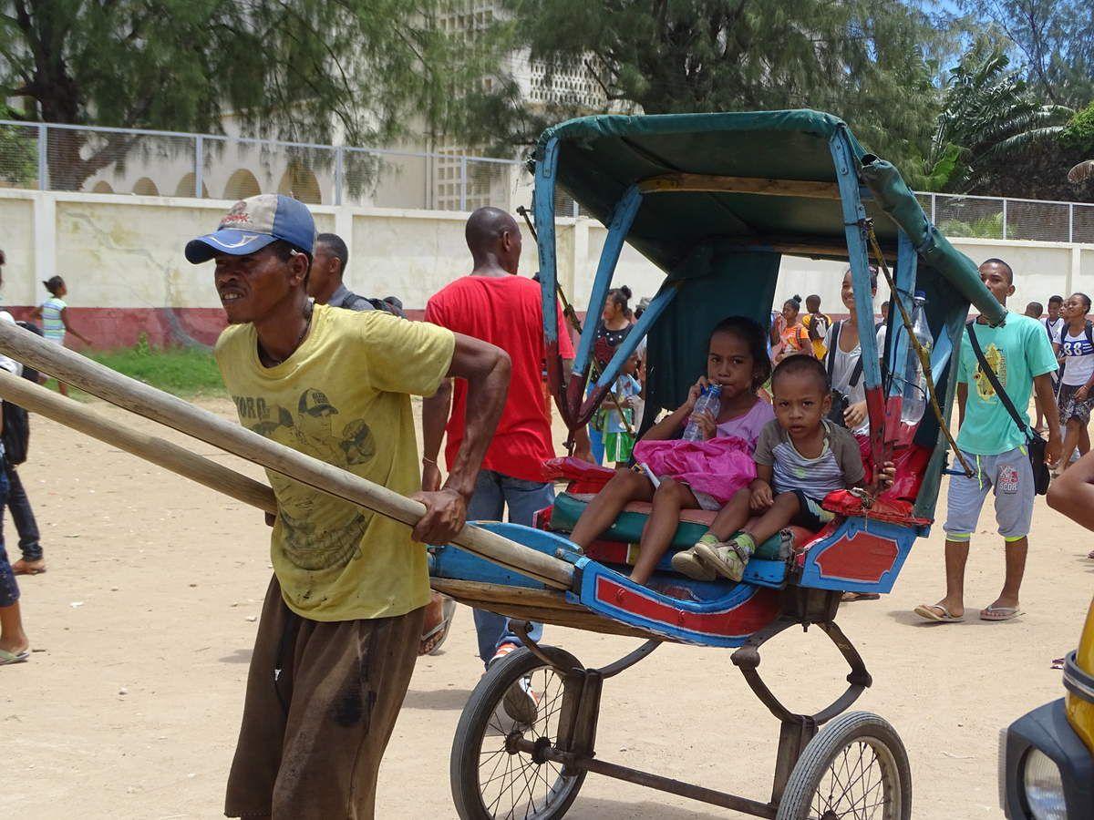 Les enfants qui rentrent de l'école.