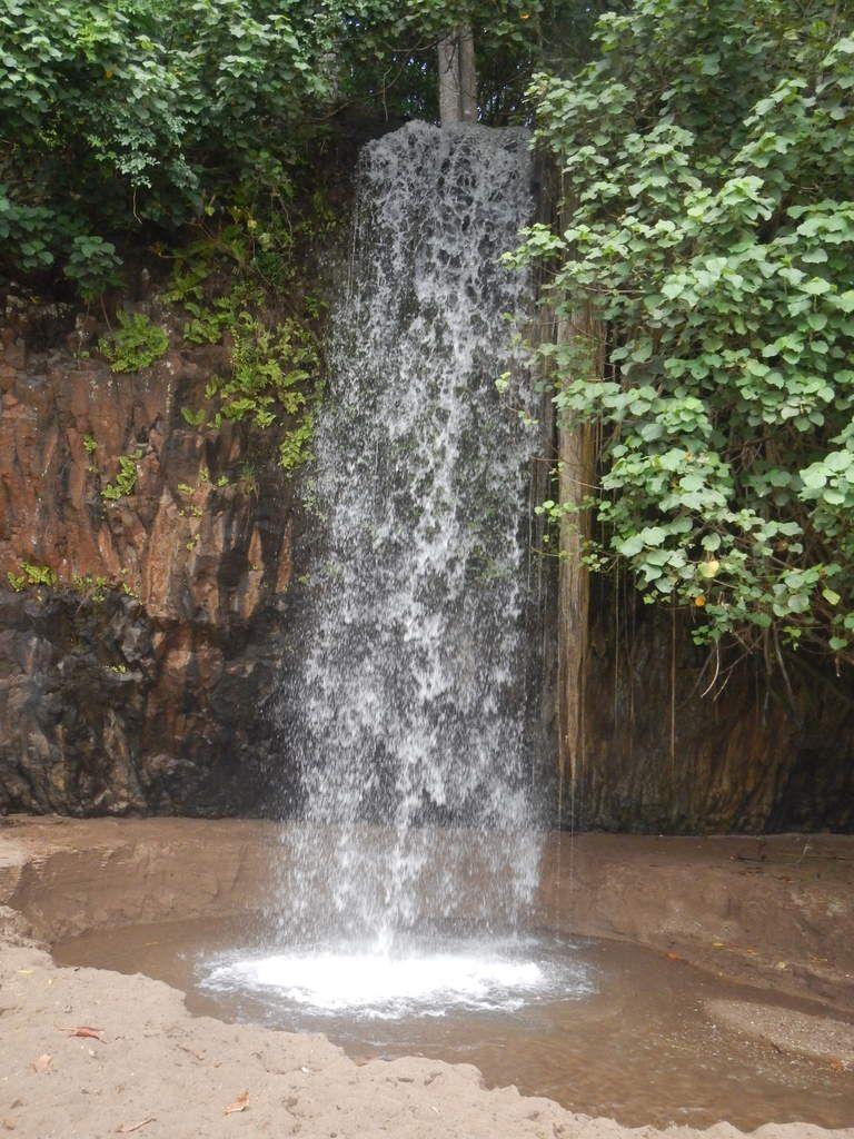 Apéritif à la cascade de Soulou, Thomas en profite pour se rafraîchir.