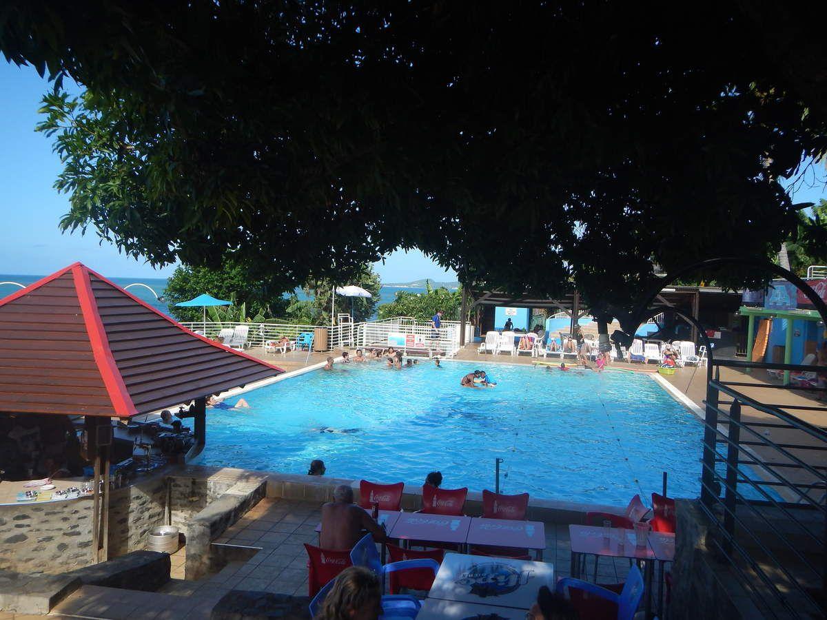 Pause déjeuner à Koropa au bord de la piscine. Leur capaccio de thon est extraordinaire !