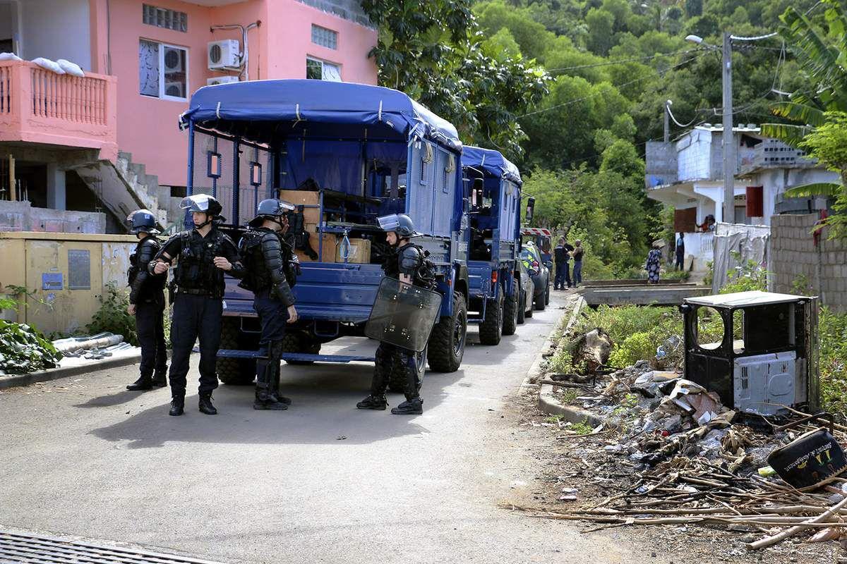 (Des gendarmes postés lors d'une opération d'expulsions dans la commune de Boueni - Crédit : ORNELLA LAMBERTI / AFP)
