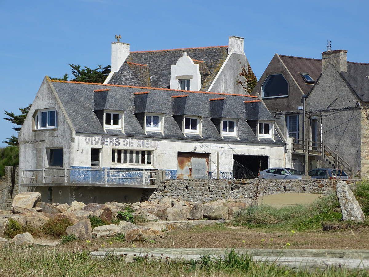 Les anciens viviers de l'île de Siek, tenus par la famille Laurans, comprenaient une douzaine de bassins pour la conservation des crustacés. Ils sont actuellement en cours de démolition.
