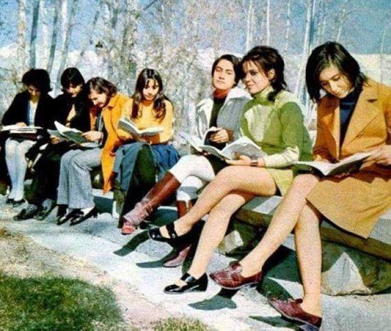 1970, KABUL: STUDENTESSE AFGHANE....POI CI HANNO PENSATO SOVIETICI E AMERICANI A MODERNIZZARE IL PAESE