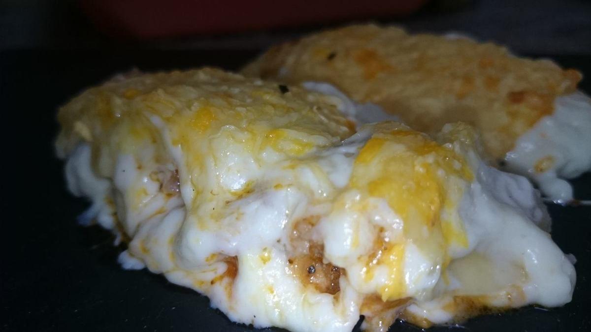 Canelones de queso y carne con crujiente de queso