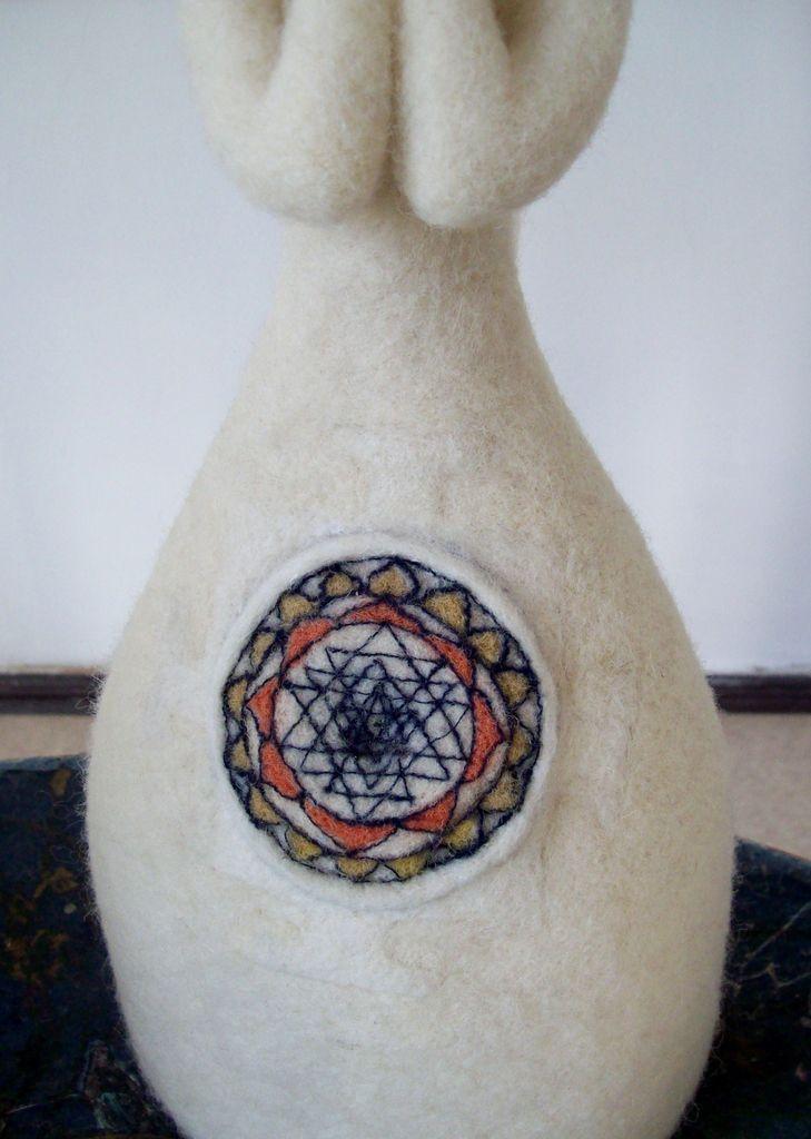 Auf den letzten Fotos ist das Sri Yantra, eines der stärksten Mantras für die Erleuchtung zu sehen.