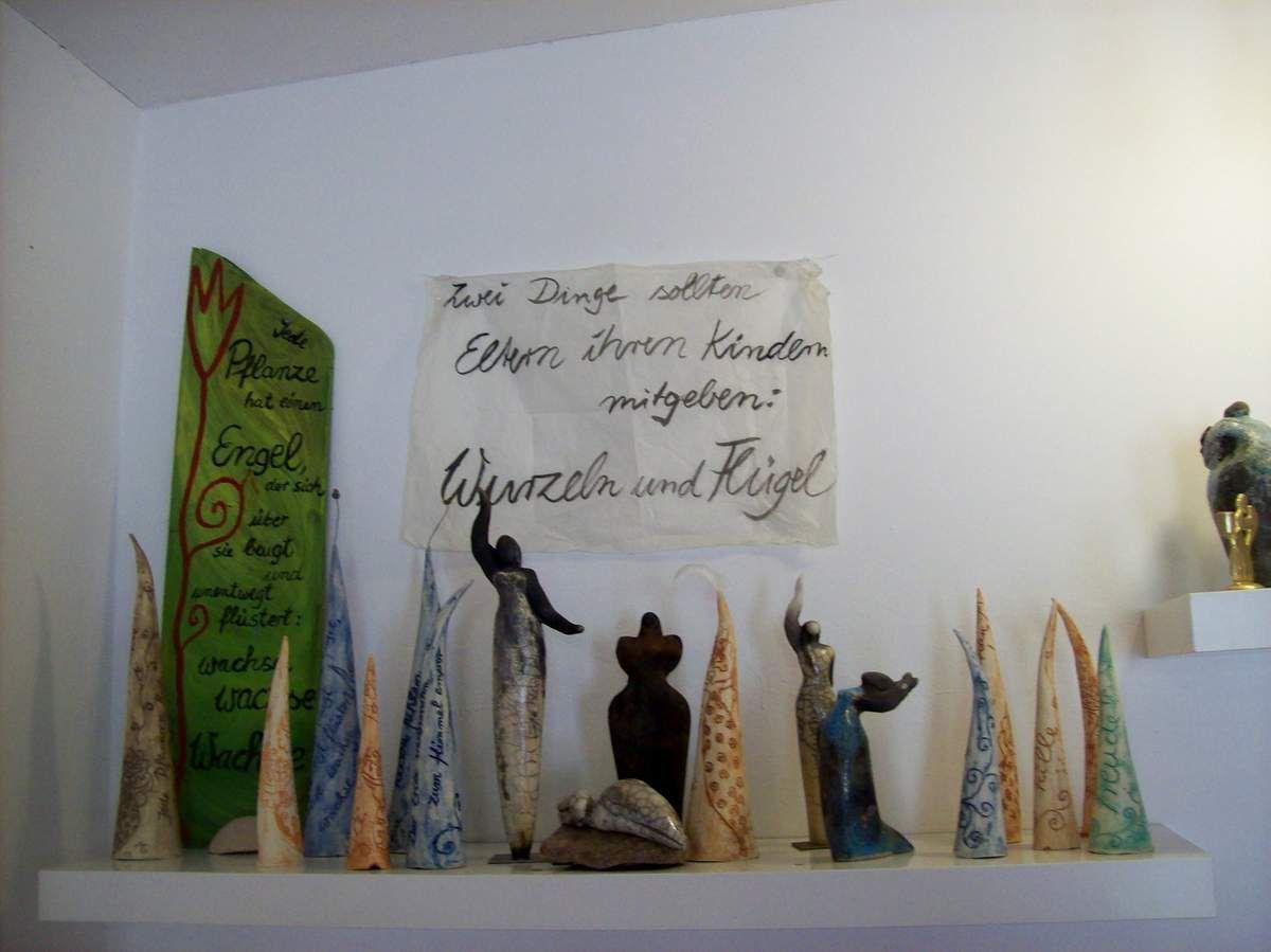 Kraftfrauen und Engelwesen im Keramik-Atelier Ambellan