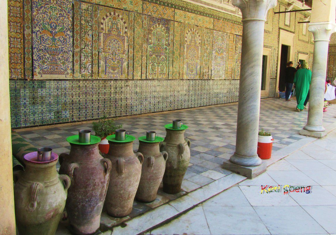 Zaouia Sidi Sahab (Kairouan). Aquí se enuentra un foudouk (fonda) para los pergrinos, una madraza, una mezquita y el mausoleo de Sidi Sahab, acompañante de Mahoma que guardaba tres pelos de la barba del profeta (al parecer, aquí no se encuentra ni su cadáver ni mucho menos los tres pelos) Allí acuden también las familias con sus pequeños para celebrar el rito del la circuncisión.