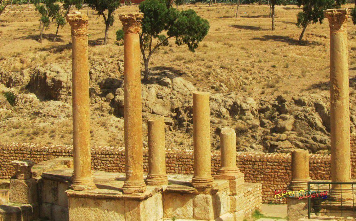 Sbeitla. El Capitolio de la antigua colonia romana (s.III), con los templos de Juno, Júpiter y Minerva, y la entrada del foro por el arco de Antonino Pío. Es increíble el buen estado de conservación al aire libre de los mosaicos de la pila bautismal de la Basílica bizantina de San Vidal (s.V)
