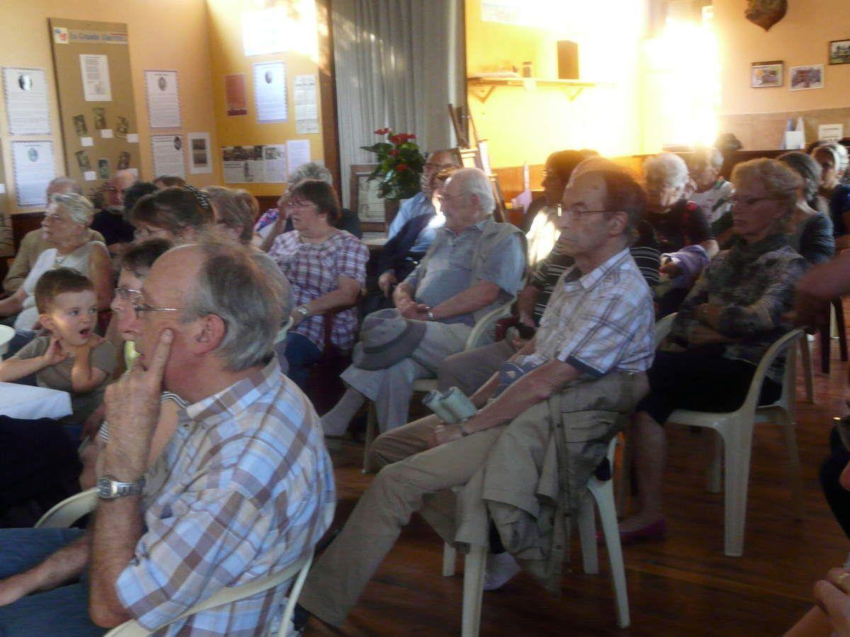 Rémi Riche assisté de membres de l'association en Bresse d'hier à aujourd'hui