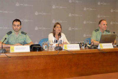 El capitán Gerardo Suárez, miembro de la Comandancia de la Guardia Civil de Navarra&#x3B; Belén Crespo, directora de la AEMPS&#x3B; y el teniente coronel Luis Peláez, responsable de la Unidad Técnica de Policía Judicial de la Guardia Civil.
