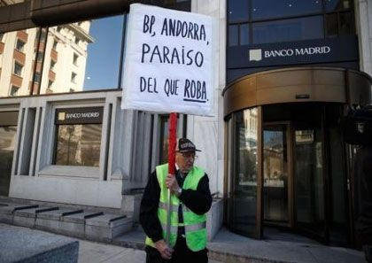 ESPAÑA: Poco a poco el billon de euros de nuestra deuda da la cara - Banco de Madrid se llama el penultimo &quot&#x3B;chiringuito&quot&#x3B; - donde la casta escondia el dinero negro que nos han robado durante mas de 30 años - recortes en Sanidad - recortes en Educación - recortes en Dependencia - recortes en las Pensiones - subidas de los impuestos - Mientras tanto los 450.000 politicos con coche oficial - se &quot&#x3B;ponen las botas&quot&#x3B; - HdP A partir del 2016 todos estos &quot&#x3B;perros&quot&#x3B; tienen que devolver lo robado - con intereses No se si tendrá algo que decir el jefe del estado hereditario - un tal felipe