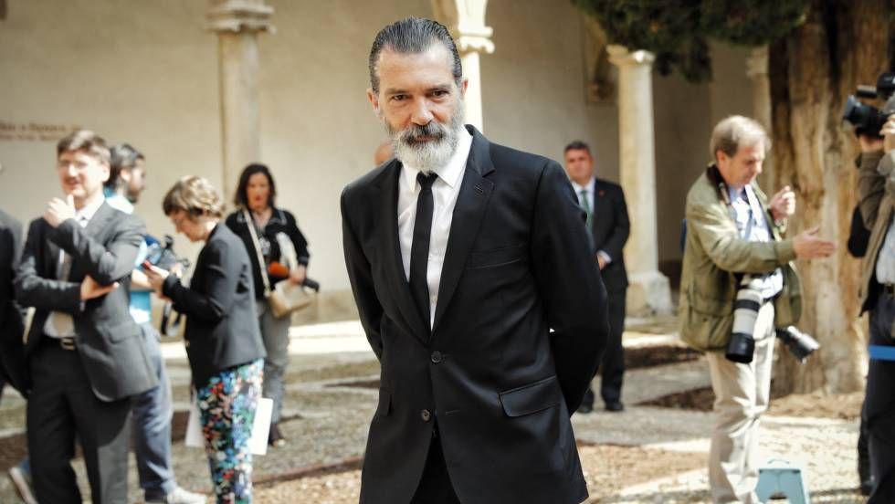 ESPAÑA: Te voy a contar -- junto a David Bollero, lo que no te cuentan de las andanzas de Antonio Banderas en Málaga, Sevilla, Marbella... -- Para empezar &quot&#x3B;el banderas&quot&#x3B; no tiene su domicilio fiscal en España -- Por aquí se &quot&#x3B;descuelga&quot&#x3B; para hacer negocios -- Cuenta, entre otros con la inestimable ayuda del alcalde de Malaga, un tal Paco de la Torre - PP -- A éstos &quot&#x3B;artistas&quot&#x3B; lo que mas les gusta de nuestro Pais -- son los billetes de 500 euros -- ¡¡Ya está bien!!
