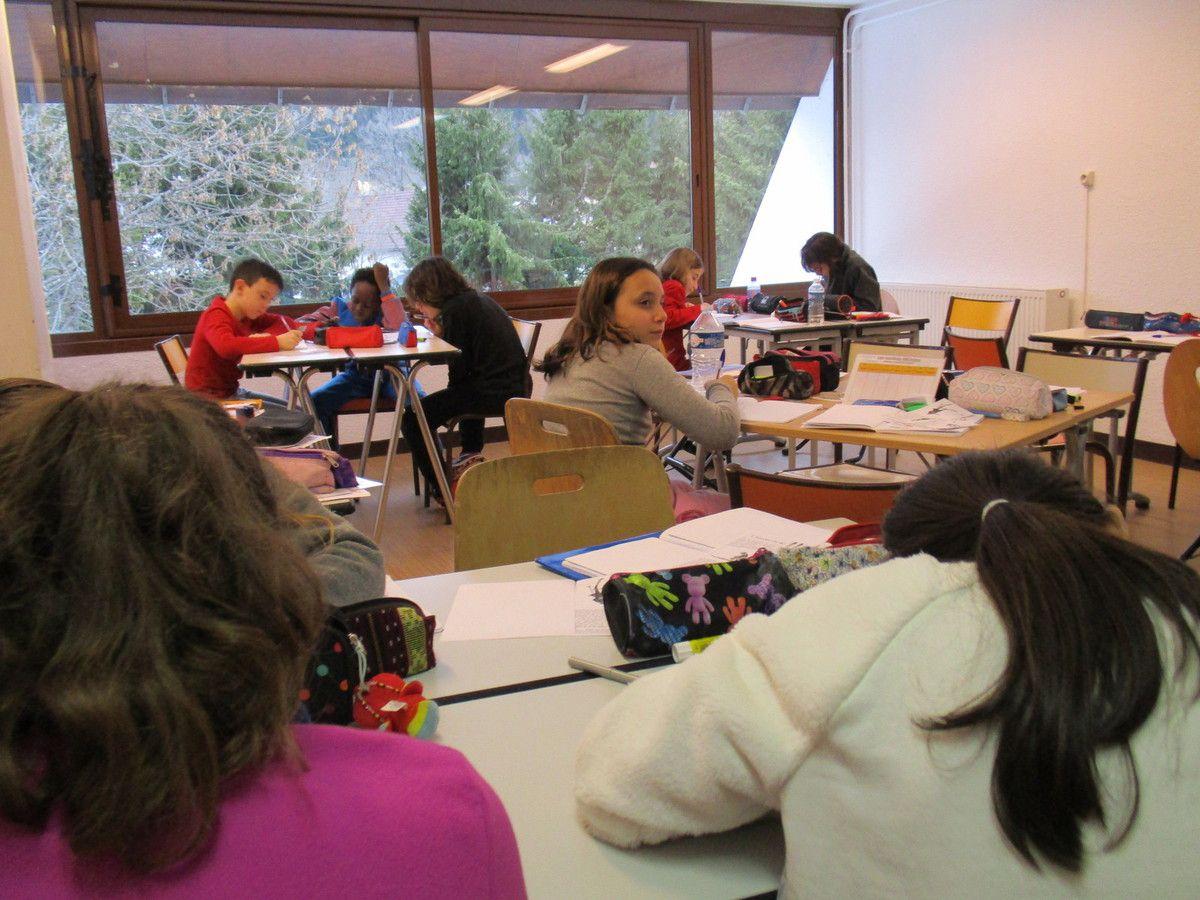 travail en classe pendant que d'autres essayent le matériel de ski