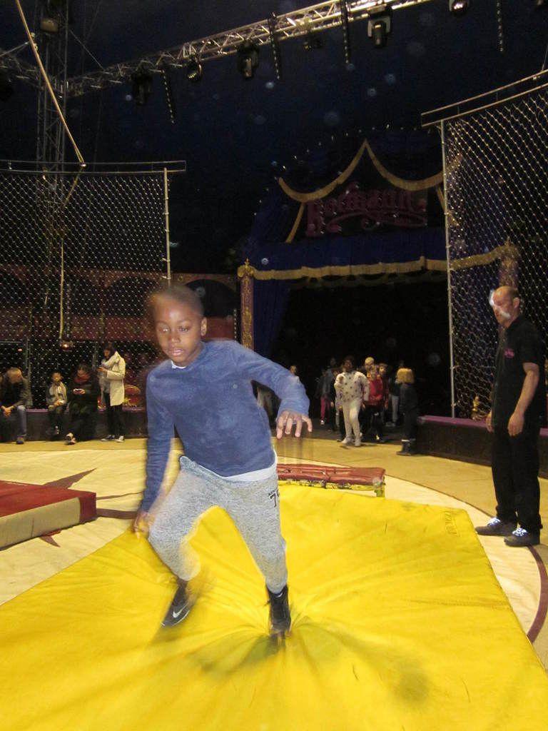 Visite du cirque Bormann-Moreno avec les Ce1B et les Ce2 B : on fait fait du trampoline !