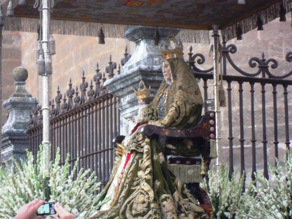 Procesiona con el manto que le regaló Isabel I