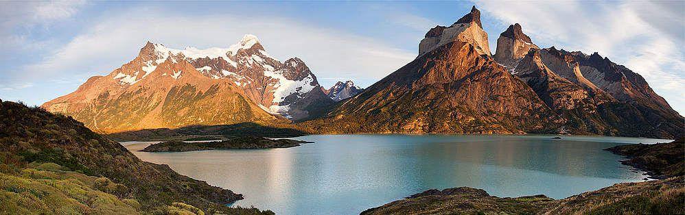//8// Le parc national Toores del Paine se situe dans la Région de Magallane et du territoire chilien de l'Antarctique, en Patagonie, à 400 km au nord-ouest de Punta Arenas et à 112 km au nord-ouest de Puerto Natales. Il est inscrit au patrimoine mondial de l'UNESCO. Ce site est connu et visité pour trois sites majeurs : les Torres del Paine , los Cuernos et le glacier Grey.