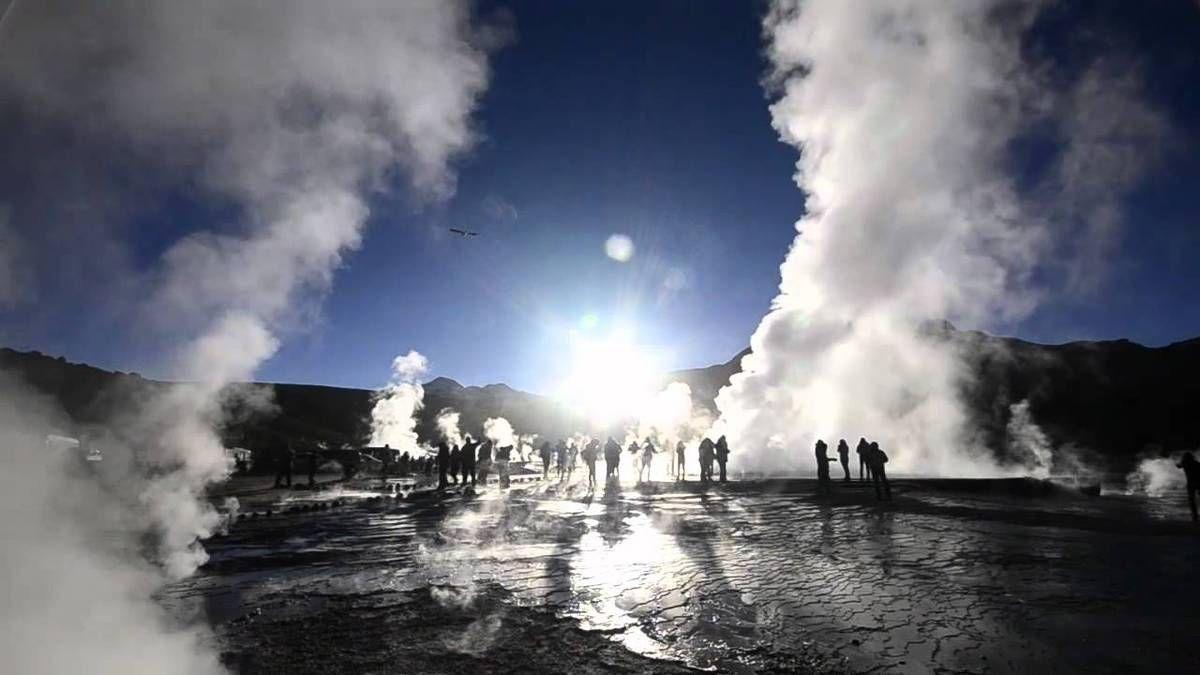 //6// Geysers del Tatio :  Les geysers d'El Tatio se trouvent sur l'altiplano à 4 280 m d'altitude dans la région d'Antofagasta, au pied des volcans Tatio et Linzor (5 680 m). Ils sont situés à 90 km au nord de San Pedro de Atacama. El Tatio est le plus grand site de geysers de l'hémisphère sud ( 80 geysers actifs), et le troisième par sa taille après notamment celui du Parc national de Yellowstone aux Etats-Unis.