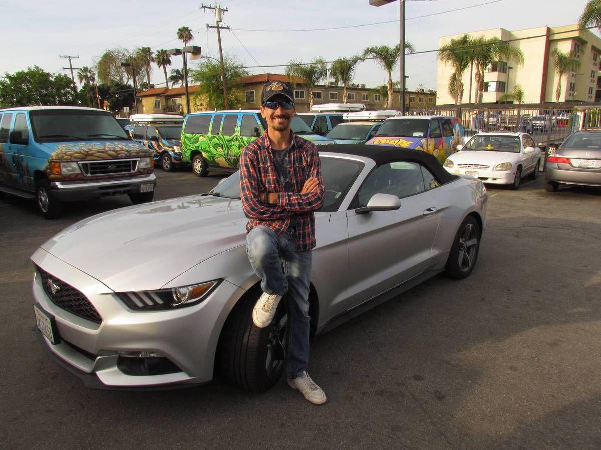 LA VOILA !!!! Ma Mustang grise cabriolet comme je l'avais demandé. La main un peu tremblante quand je monte à bord et que je touche la première fois le volant, je démarre alors le moteur. Je pense que vu de l'extérieur je devais avoir l'air d'un gros benêt tant j'avais la banane.