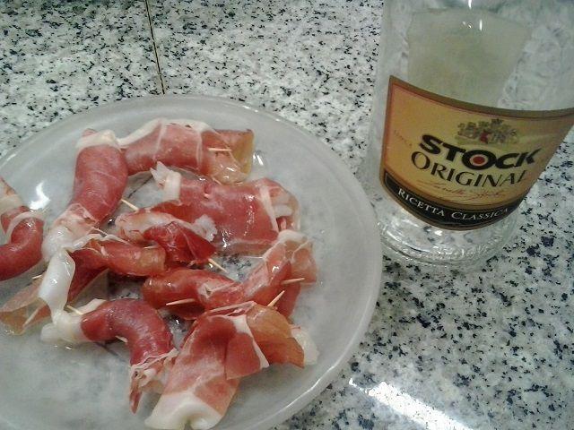 Involtini di gamberi argentini &quot&#x3B;Panapesca&quot&#x3B; in prosciutto crudo &quot&#x3B;Dal Salumiere&quot&#x3B; aromatizzati al brandy Stock Original, limone e sesamo con tortini di cereali