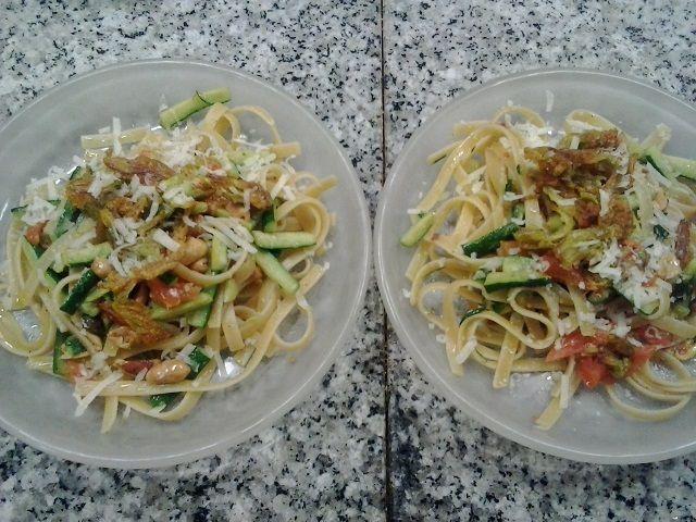 Fettuccine Garofalo con zucchine, fiori di zucchina e arachidi