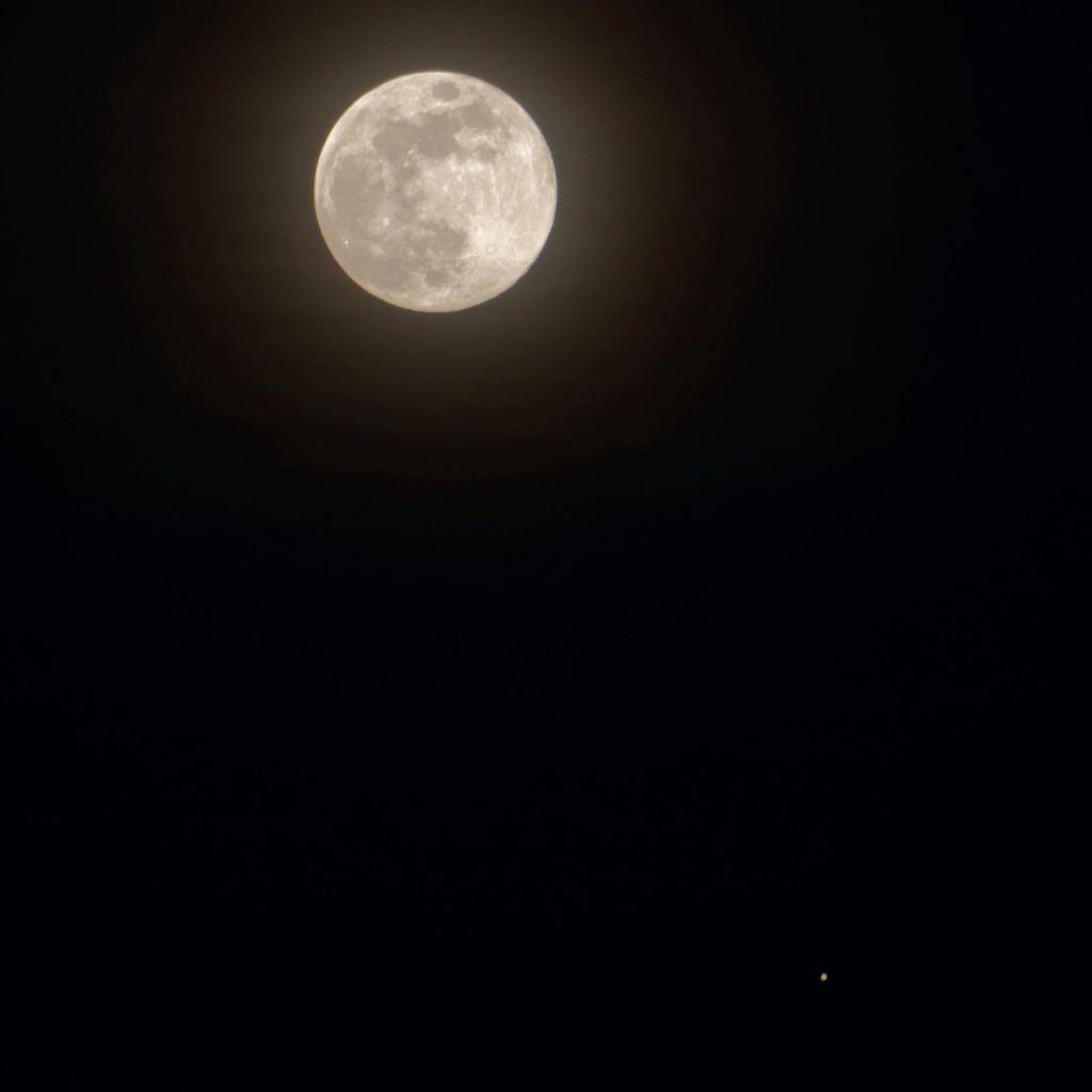 La lune et son brillant en bas a droite  : JUPITER( lundi 10 avril 2016)