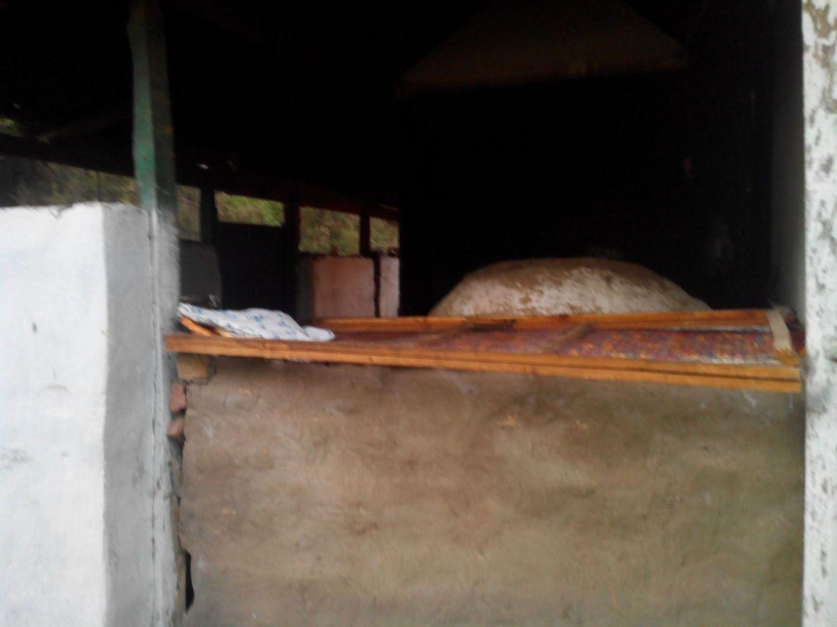 le boulanger a son four dans une cabane sur le trottoir, le pain cuit collé à la paroi (pris d'un pain : 16 soms soit 23 cts)