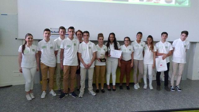 La remise du prix par l'inspectrice Mme BUISSON - L'équipe fière de son trophée