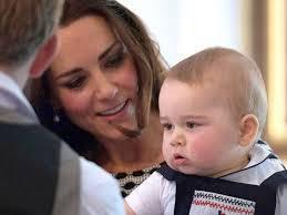 Le petit prince Georges :  presque deux ans&#x3B; la reine Elisabeth : égale à elle-même et facétieuse&#x3B; William et Kate : ils sont beaux, jeunes et modernes.