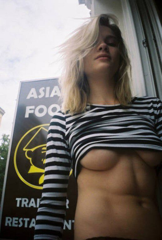 Underboob en folie (70 Photos)