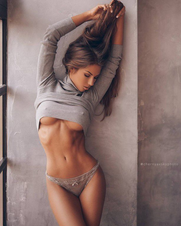 Underboob en folie (86 Photos)