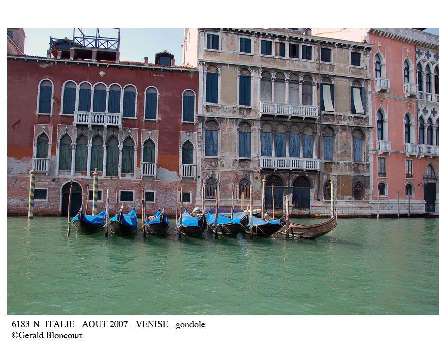 ITALIE (VENISE - LES GONDOLES)